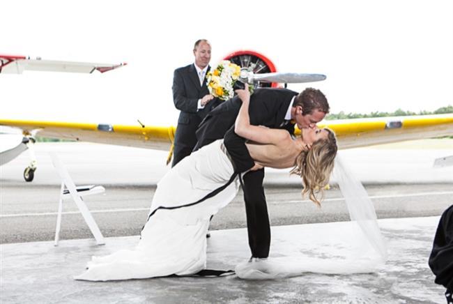 """KOVA  Siz ya sıra dışı bir evlilik töreni hazırlayacaksınız ya da hiç kimseyi hesaba katmadan, sadece bir iki konukla birlikte kendi töreninizi düzenleyeceksiniz. Örneğin, denizaltında evlenme ya da uçaktan atlayarak """"evet"""" deme! Bunlar kulağa çılgınca gelebilir ama siz de zaten öylesiniz."""
