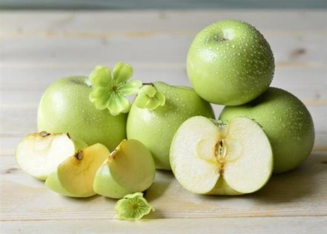 Yeşil Elma  Elma içeriğindeki zengin C vitamini, flavonoidler ve beta karoten sayesinde yağları eritmek için çok faydalıdır. Kilo vermek için günde iki üç adet elma yemeyi unutmamalıyız. Bu yüzden kahvaltıda yemenin yanı sıra suyunu sıkarak içmek de bir alternatif olabilir. Mesela pancarlı elma suyu akşam yemeği için çok güzel bir içecek. Ne dersiniz?
