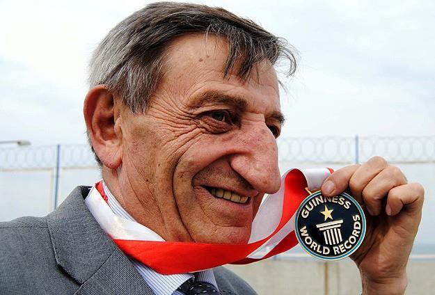 """Mehmet Özyürek, 8,8 santimlik uzunluğunda ki burnu ile """"Dünya Altın Burun Şampiyonu"""" olarak Guinnes Rekorlar Kitabı'na girdi."""