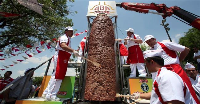 Ankara'da özel olarak hazırlanan ve 5 metre yüksekliğindeki ocağa takılan bin 198 kilogram döner, Guinness Rekorlar Kitabı'na girdi.