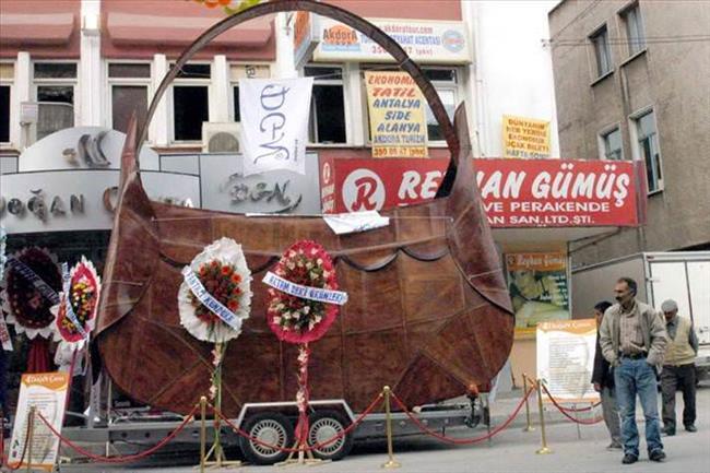 Konya'da bir çanta firması Guinness Rekorlar Kitabı'na girmeyi de başaran 6 metre 30 santimetre boyunda ve 900 kilo ağırlığındaki dev çantanın tanıtımını yaptı.