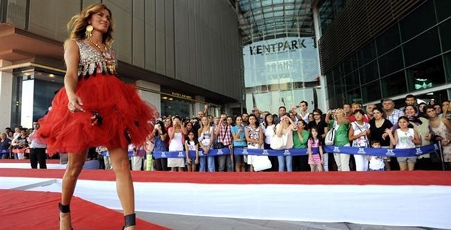 Ünlü modacı Cemil İpekçi'nin, bir AVM'nin içini ve dışını dolaşan 2069 metrelik podyuma sahip defile ile Guiness rekorunu kırdı.