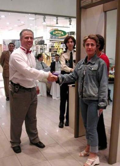 Bursa'da bulunan bir alışveriş merkezinin yöneticileri 12 saatte 12 bin 972 müşterinin elini sıkıp, onlara ''hoşgeldiniz'' temennisinde bulunarak, Guinness Rekorlar Kitabı'na girmeye hak kazandılar.