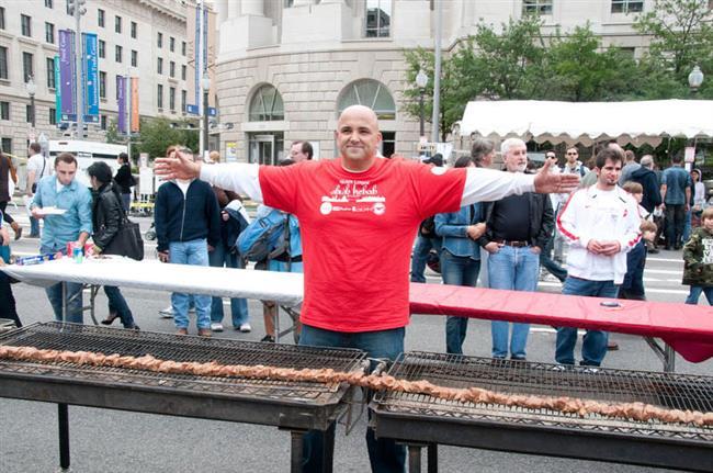 ABD'de 2010 yılında düzenlenen Geleneksel Türk Festivali'nde Murat Aksu ''Dünyanın en uzun şiş kebabı''nı yaparak Guinness Rekorlar Kitabı'na girmeye hak kazandı.
