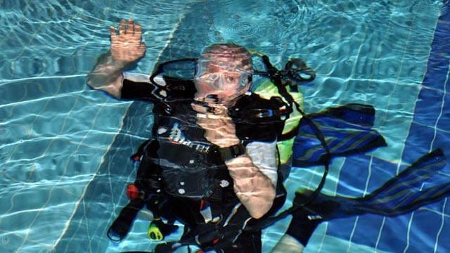 Emekli Su Altı Timi (SAT ) komandosu, judo, su altı, paraşüt, jimnastık, halter ve yüzme şampiyonu Namık Ekin, su altında 24 saatte 34 bin 800 metreden fazla yüzerek, Guinness dünya rekorunu kırdı.