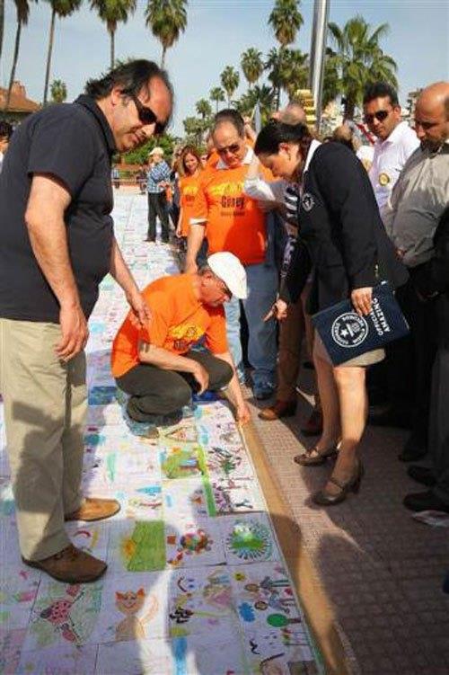 Adana Güney Rotary Kulübü üyeleri, Adana'da Portakal Çiceği Karnavalı'nda Japonya'ya ait dünyanın 'en büyük barış resmi mozaiği' rekorunu kırdı.