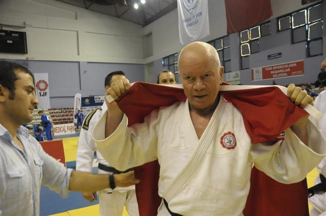 Judo Milli Takım Antrenörü Namık Ekin, 24 saat boyunca tatamiden ayrılmadan yaptığı 4 bin 627 judo tekliği atışı ile Guinness Rekorlar Kitabı'na girdi.