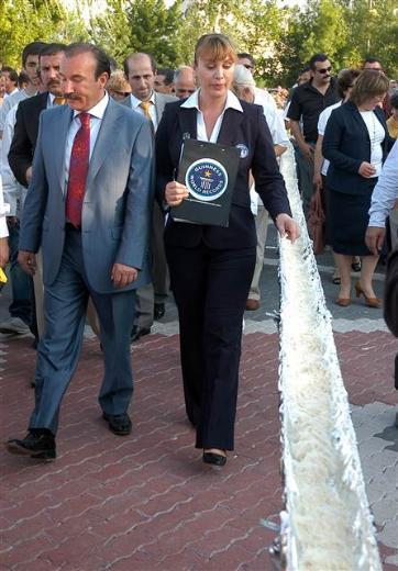 """İzmit'te düzenlenen Pişmaniye Festivali'nde üretilen 1040 metrelik pişmaniye """"dünyanın en uzun pişmaniyesi"""" ünvanını alarak Guinness Rekorlar Kitabı'na girmeye hak kazandı."""