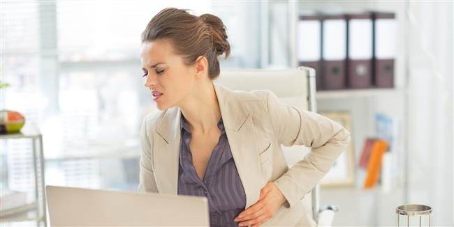 """Bazı reflü hastaları, başlangıç seviyesinde olan hastalar bu süreci hafif ağrılarla atlatabildiği gibi hastalığın ileri seviyesinde olanların yemek borusu çeperlerinde mide asitleri yüzünden aşınma ve yaralar oluşmaya başlar. Reflü hastalığı eğer kontrol altına alınmazsa yemek borusu zaman içinde fazla miktarda aşınarak kanser gibi ölümcül hastalıklara yol açabilir.  <a href=  http://mahmure.hurriyet.com.tr/foto/diyet-fitness/diyete-baslamadan-once-bunlara-dikkat_41011   style=""""color:red; font:bold 11pt arial; text-decoration:none;""""  target=""""_blank"""">  Diyete Başlamadan Önce Bunlara Dikkat!"""
