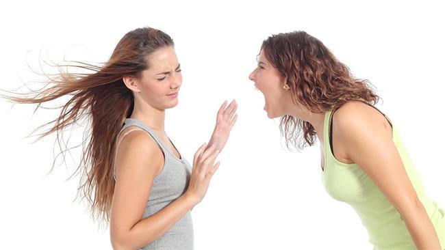5. Yanlış ses alışkanlıkları  Yanlış ses alışkanlıkları ses yapısının oturduğu ergenlik dönemi de dahil olmak üzere ses tellerinin fonksiyonel hareketlerini bozabiliyor. Ses tellerinin doğru kapanmasını ve titreşimlerini engelleyebileceği gibi ciddi durumlarda ses tellerinin yapısında da değişiklik oluşturarak ses kısıklığına yol açabiliyor. Ayrıca maç gibi ortamlarda sürekli bağırmanın veya konserlerde şarkılara yüksek sesle iştirak etmenin neden olduğu ses tellerindeki travma da ses kısıklığı oluşturabiliyor. Yanlış ses kullanımının öncelikli sebep olduğu bu durumlarda doğru ses terapisi sorunun üstesinden gelmede yardımcı olabiliyor.