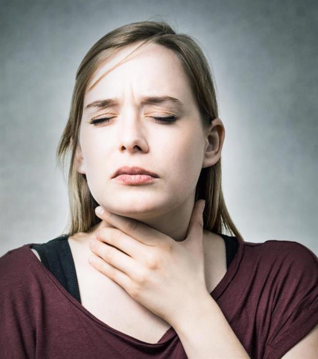 """Ses kısıklığı sosyal yaşamı,hatta bazen profesyonel hayatı önemli derecede etkileyen ve herkesin hayatı boyunca en az bir kez yaşadığı bir problem. Kış mevsiminde genellikle üst solunum yolu enfeksiyonu nedeniyle geliştiği için """"griptendir"""" denilerek hafif alınabiliyor. Ancak """"grip"""" gibi basit sebeplerin yanı sıra bazen yaşam kalitesini düşüren, hatta hayatı tehdit eden gırtlak kanseri gibi bazı hastalıkların ilk belirtisi de olabiliyor. Bu nedenle ses kısıklığının iki haftayı aşması durumunda mutlaka bir hekime başvurmak çok önemli.   Acıbadem Taksim Hastanesi Kulak Burun ve Boğaz Uzmanı Dr. Ahmet Erdem Kılavuz, ses kısıklığının 7 nedenini anlattı, önemli önerilerde bulundu."""