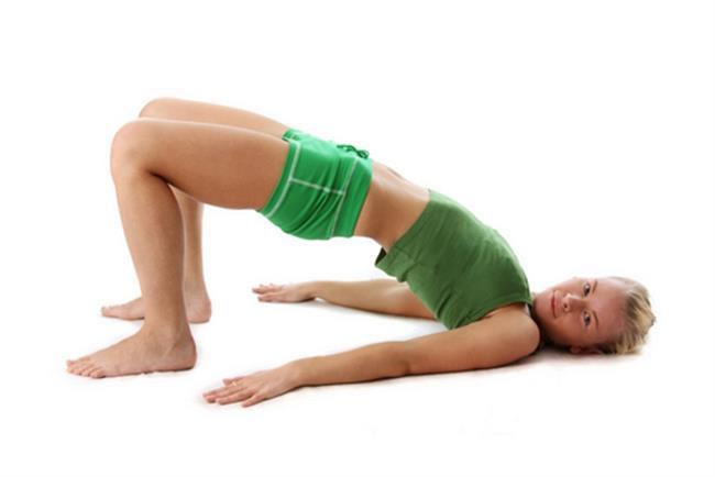Beli Koruyan 4 Temel Egzersiz   1.  Sırtüstü dizler bükülü şekilde uzanın. Karın kaslarınızı sıkarak belinizi yatağa doğru bastırın. İçinizden 5 sayana kadar tutun. Gevşeyin ve hareketi tekrarlayın. Toplam 30 tekrar yapın.  2.  Sırtüstü dizler bükülü şekilde ve eller gövde yanında uzanın. Omuzlar yataktan kalkıncaya dek gövdeyi yükseltip ellerinizle dizlere dokunun. Yavaşça başlangıç pozisyonuna gelip hareketi bitirin. (Yarım mekik)  3.  Sırtüstü uzanın. Dizleri göğsünüze doğru çekin. 15 tekrar ile hareketi tamamlayın.  4.  Yine aynı pozisyonda dizler düz olacak şekilde bacağınızı  kaldırabileceğiniz kadar kaldırın. Bu egzersizler bacak arka grup kaslarını germek ve bel mekaniğini korumak için yapılması gereken egzersizlerdir.
