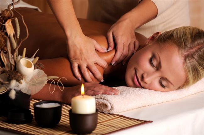 Aromaterapi masaj  Değişik masaj türleri Çin'den Mısır'a kadar bütün uygarlıklarda kullanıldı. Aromaterapi masajları ise, dinlendirici özelliğinin yanı sıra, hem cildi beslemeleri hem de koku vasıtasıyla limbik sistemi uyararak verdikleri mutluluk ve gevşeme için tercih ediliyor. Yağların deriye nüfuz etmesi 20 dakikadan 2 saate kadar değişiklik gösteriyor. Keyfinize ve ihtiyacınıza göre seçebileceğiniz masaj yağlarının ise neredeyse sınırı yok.