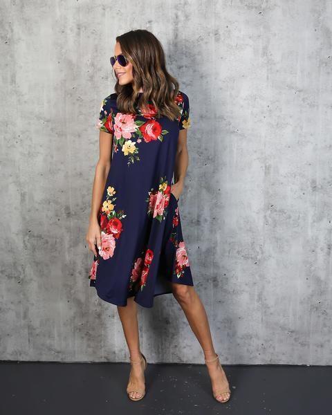 """Floral Elbiseler  Floral desenleri klasik A kesimli bir elbisede kullanarak ofis şıklığına uygun hale getirin.  <a href=  http://mahmure.hurriyet.com.tr/foto/moda/alternatif-bahar-kombinleri_41906 style=""""color:red; font:bold 11pt arial; text-decoration:none;""""  target=""""_blank"""">  Alternatif Bahar Kombinleri!"""
