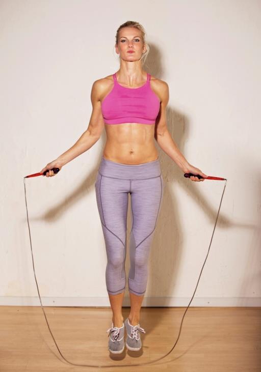 İp atlamak  İp atlarken yalnızca omuzlarınızın çalıştığını hissetseniz de, aslında omuzlarınız sırt kaslarınıza bağlı olduğundan sırtınızı da çalıştırmış olursunuz.