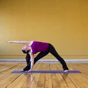 Üçgen hareketi  Bu hareket bacaklar ve üst vücuttaki yağların yakılması için son derece etkilidir. Bacaklar omuz hizasından daha geniş olarak açılır. Ardından sırt dik tutularak sağa doğru eğilinir. Ancak önce doğru eğilmemek gerekir. Paralel yana eğilme hareketi ile sağa doğru eğildikten sonra sağ el yere konulur. Sol el ise yere paralel olarak açılır. Bu hareket her iki taraf için de 10 tekrar yapılabilir.