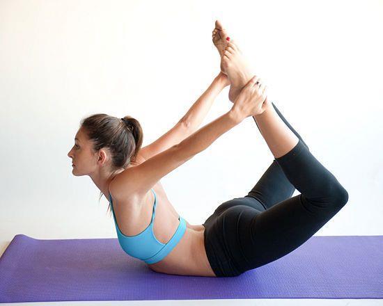 Mide üstü duruşu  Yoga matına yüz üstü uzanılır. Ardından bacaklar dizlerde kıvrılır ve yukarı doğru uzatılır. Bunu yaparken aynı zamanda üst beden de yukarı doğru kaldırılır ve kollar arkaya uzatılarak ayak bileklerinden tutulur. 10 saniye beklenir ve dinlenme durumuna geçirilir. 10 tekrar yapılması önerilir.   G String Diyeti İle Muhteşem Kalçalar