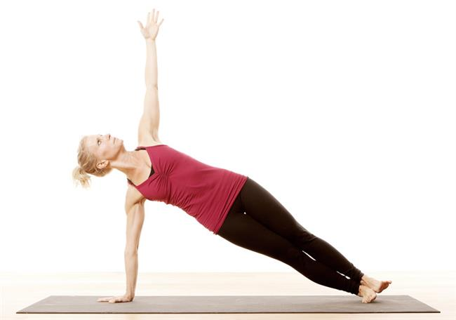 Yana yatma egzersizi  Bu egzersiz de sırt ve bacak kaslarının güçlenmesine yardımcı olur. Üst beden kasları için son derece etkilidir. Yere yan bir şekilde yatılır. Sağa doğru yatıldığında saç el avuç içi yere konulur. Ardından ayaklardan güç alınarak beden yukarı doğru kaldırılır. Yukarıda kalan kol ise yere dik olarak yukarı uzatılır. Bu şekilde 10 saniye beklenir ve dinlenme pozisyonuna geçirilir. Her iki yön için de 10 tekrar yapılabilir.