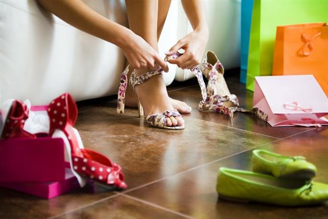 Evde alıştırmalar yapın  Bazen en basit yöntemler, en iyi olanlardır. Yeni ayakkabıları öncelikle evin içerisinde giymek, yapıldıkları kumaşın ya da derinin rahatlamasını, dolayısıyla dışarı çıktığınızda ayaklarınızı çok daha konforlu hissetmenizi sağlayacaktır.