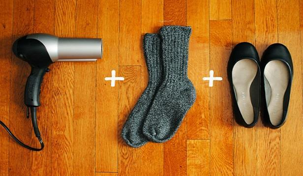 Bir de ısıtmayı deneyin  Öncelikle, bir çift kalın çorapla birlikte ayakkabılarınızı giyin. Ayakkabılarınızı bir yandan saç kurutma makinesi ile iki dakika boyunca ısıtırken, diğer yandan dar bölgeleri gevşetmek adına parmaklarınızı esnetin. Deri soğuyana dek çorapları ve ayakkabıları çıkarmayın. Ayakkabılarınızı çorap olmadan deneyin ve eğer gerekiyorsa uygulamayı tekrarlayın.