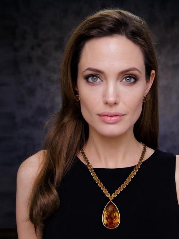 İzin Bile Yapamadım    Angelina Jolie'nin eski asistanı Ana Charlotiaux da ünlü yıldıza 55 bin dolarlık tazminat davası açtı. Eski asistan iki yıl boyunca Jolie için çalıştığını ve bu süre içinde yasal izin haklarını kullanamadığını ileri sürdü. Oysa Jolie, eski asistanını fazla izin kullandığı için işten çıkarmıştı.