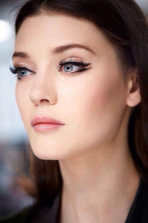 Primer  Yağlı ciltlere yapılan makyajda en önemli giriş makyaj bazı ve far bazı kullanmaktır. Bir tuvali hazırlar gibi yüzünüzü makyaja baz ile hazırlayın. Yüzünüze uyguladığınız bazı göz kapaklarınıza da uygulayın veya far bazı kullanın.