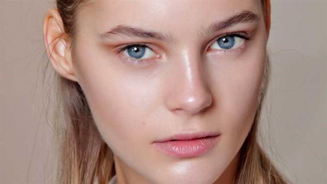 Yağlı cilde sahip olmak birçok açıdan zordur. Hem sivilce çıkmasını engellemek, hem temizlemek hem de makyaj yapmak çoğu zaman zor gelebilir. Yağlı ciltlerin en büyük sorunu özellikle T bölgesinde oluşan parlamadır. Cildin yağlanması ve parlaması makyajın kalıcılığını da azaltır.   İşte yağlı cilde sahip olanların dikkat etmesi gereken makyaj önerileri...