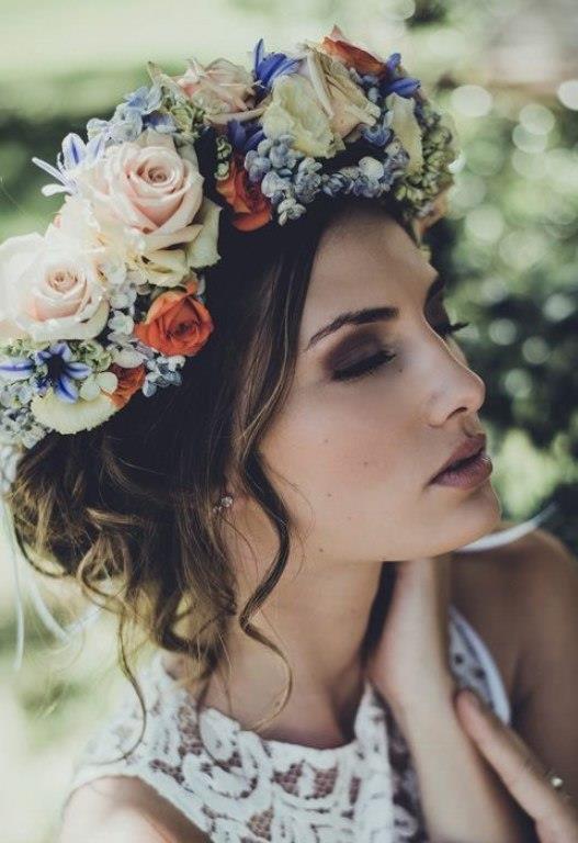 Eğer sizlerde ilkbaharda evlilik planları kuruyorsanız rahat saç stilleri ön plana çıkmaktadır. Salaş örgülerden su dalgalarına en çokta çiçeklerden yapılmış taçlarla saçlarınızı sade ama şık bir görünüme kavuşturmanız mümkün.   İşte  2017 İlkbahar aylarında kullanabileceğiniz gelin saçı modelleri...