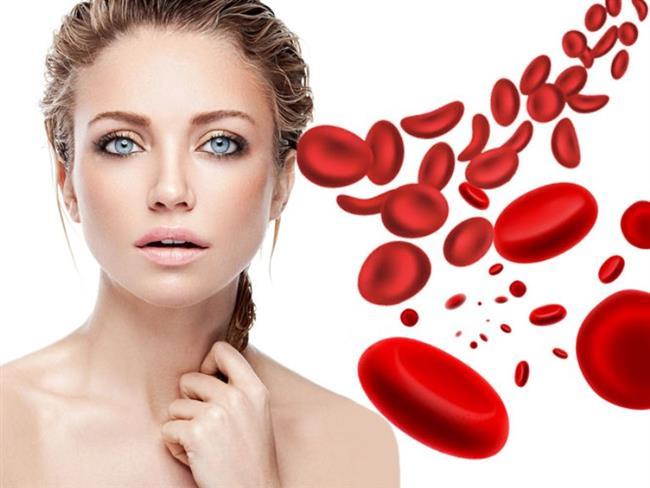 Prp Tedavisinin Amacı Nedir?   Trombositler ve içlerindeki doku iyileşmesini artıran büyüme faktörlerini maksimum düzeyde hasarlı dokuya aktarmaktır. Büyüme ve iyileşme faktörleriyle yüklü trombositler, tamir elemanlarını ve kök hücrelerini hasarlı bölgeye çekmeyi başlatır. Ayrıca yeni damarların oluşmasına katkıda bulunarak o bölgenin kanlanmasını artırırlar. Kanlanmanın artması hasarlı bölgenin daha iyi beslenmesi ve zararlı artıkların daha iyi atılması anlamına gelir. Yaralanmanın ve zedelenmenin olduğu tendon, kıkırdak gibi yapıların hücrelerini uyararak o bölgedeki iyileşmeyi hızlandırırlar.