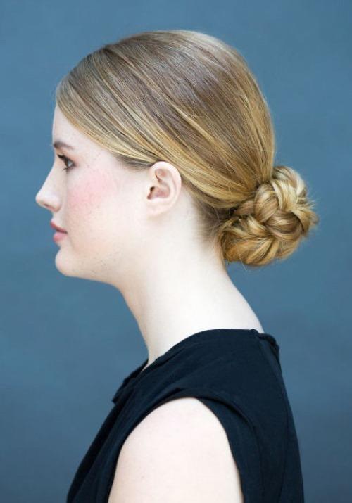 Uzun ve gür bir saçınız varsa saçınızı örerek romantik bir topuz yapabilirsiniz. Yine hem gün içerisinde, hem de özel davetlerde kullanabileceğiniz bir saç modeli.