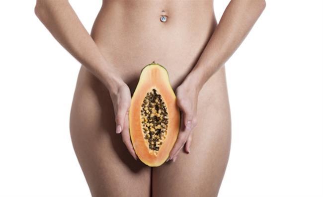 Bunlar birbirine hafifçe temas etmeli yani arasında ince bir yarık olmalıdır. Dış dudakların içinde klitoris adı verilen erkeklerdeki karşılığı penis olan çıkıntılı bir organ vardır ki duyu sinirlerinden çok zengin erektildir.   Klitorisin altında idrar yollarının açıldığı bölge; onun altında da vajina girişi bulunur. Vajina girişinin ortalama 1- 1.5 cm içerisinde himen dediğimiz kızlık zarı bulunur. Onun arkasında da vajina kanalı başlar.  Bütün bu sayılan yapıların hepsini içine alan labium minus denilen iç dudaklar bulunur; yani labium minuslar klitorisi, idraryolu ağzını ve vajina girişini içine alır.