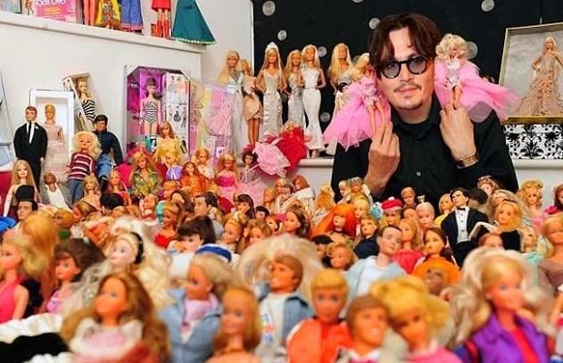 Barbie bebek koleksiyonu yapan Johnny Depp, onlarla oynamaktan da büyük keyif alıyormuş. Bu konuda kimin ne düşündüğü ise umrunda bile değil!