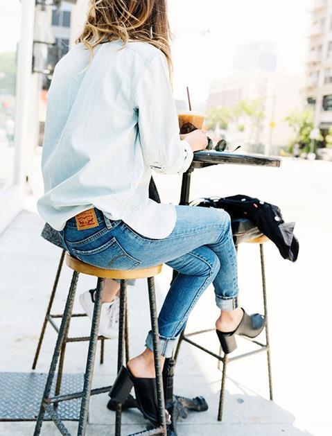"""Sokaklarda bu sezon sıkça gördüğümüz kombinlerden biri de şüphesiz kalın topuklu ayakkabıların boyfriend jeanler veya skinny jeanler ile kombini. Jeanlerinin üzerine beyaz bol bir gömlek giyerek kombinleyebilirsiniz. Kombini hareketlendirmek adına uzun kolyelerden yardım alabilirsiniz.  <a href=  http://mahmure.hurriyet.com.tr/foto/moda/2017-topuklu-ayakkabi-modelleri_41835  style=""""color:red; font:bold 11pt arial; text-decoration:none;""""  target=""""_blank"""">  2017 Topuklu Ayakkabı Modelleri!"""