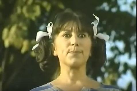 Uzaylı Zekiye  İki yandan bağlı saçları ile bir acayip olan bir dönem herkesin lakabı Uzaylı Zekiye'de Türk televizyonlarının unutulmazları arasında.