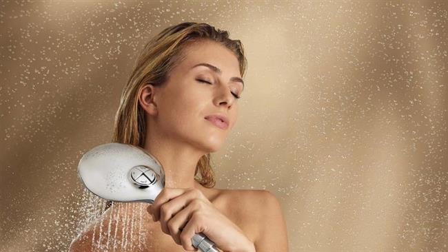 Öncelikle vücut şampuanı kullanırken kendinizi hemen durulamayın. 5 dakika kadar vücut jelinin vücudunuzda kalmasına izin verin. Böylece vücudunuzun güzel kokuyu emmesiyle işe başlayacaksınız.