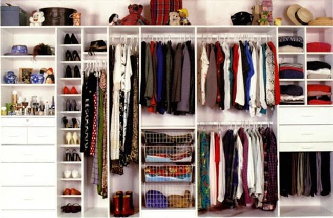 Elbise dolaplarının, çorap ve iç çamaşırı çekmecelerinin içine doğal kokulu bir sprey sıkın ya da deniz tuzu gibi değişik kokular içeren elbise dolaplarına koyabileceğiniz torbalardan alın.