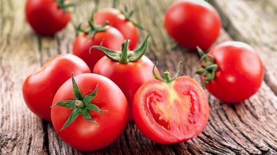 Domates  Likopen domatese rengini veren güçlü bir antioksidan. Domates, içerisindeki likopen sayesinde kalp damar hastalıklarına yakalanma ve kalp krizi riskini azaltıyor, kan kolesterol düzeyini iyileştiriyor. Domatesi çiğ veya pişmiş tüketebilirsiniz ancak 2016 yılında sigara kullanmayan ve herhangi bir ilaç tedavisi almayan 40 gönüllü üzerinde yapılan bir çalışma; zeytinyağı ile zenginleştirilmiş pişmiş domatesin çiğ domatese göre kalp hastalıkları riskini azaltmada daha etkin olduğunu ortaya koyuyor.