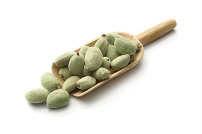 Çağla  Çok kısa süreli bir bahar meyvesi olan çağlaya nisan ayı bitmeden mutlaka sofralarınızda yer verin. İçerdiği yüksek E vitamini sayesinde antioksidan özellik taşıyan çağla bu sayede kötü kolesretol olan LDL'yi düşürüyor. Zeytinyağının içerdiği tekli yağ asitlerini içeriyor. Kalp ve damar sağlığının korunmasında önemli rolü olan çağla, içerisindeki yüksek magnezyum sayesinde toplar ve atar damarları geliştiriyor, kanın oksijenlenme miktarını artırıyor. 1 porsiyon meyve hakkınızı 12 adet çağladan yana kullanabilirsiniz; tabi tuzsuz tüketmek koşuluyla! Ekşi tadını diğer yeşilliklerle dengelemek için salatalarınıza ilave edebilirsiniz.