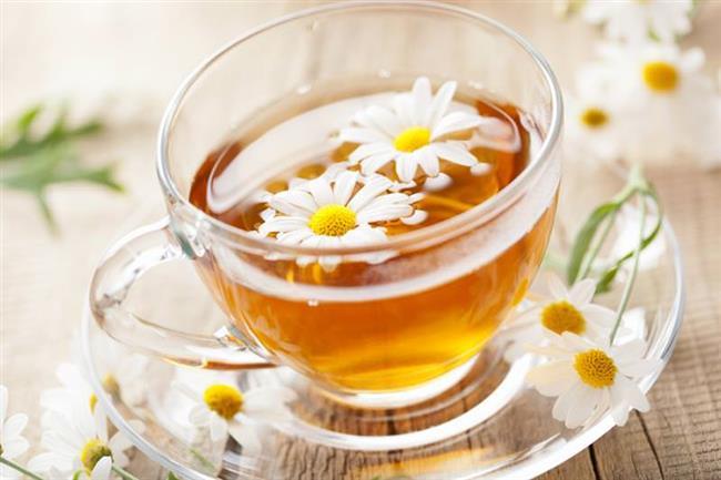 """Papatya Çayı  Günlük hayatta yaşadığımız mide bulantısı, kusma, hazımsızlık gibi sorunları da ortadan kaldıran papatya çayı, kadınların bu sancılı süreci atlatmasına da yardımcı oluyor. Papatya alternatif tıpta antispazmodik olarak bilinir. Bu özelliği sayesinde de kasları rahatlatarak genel olarak bir gevşeme sağlar.  <a href=  http://mahmure.hurriyet.com.tr/foto/saglik/regl-hakkinda-bilmediginiz-sasirtan-gercekler_41738   style=""""color:red; font:bold 11pt arial; text-decoration:none;""""  target=""""_blank"""">  Regl Hakkında Bilmediğimiz Şaşırtan Gerçekler!"""