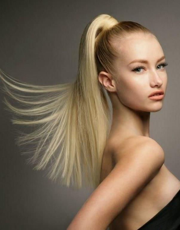 At Kuyruğu   Parlak atkuyrukları vazgeçemediğimiz saç modellerinden. Ancak saçları bu kadar sıkı bir şekilde toplamak saçların zayıflayıp kırılmasına neden oluyor. Özellikle lastikle tutturduğunda iki kat daha fazla zarar veriyorsun. Bu yüzden atkuyruğunu biraz daha aşağıdan yapın.