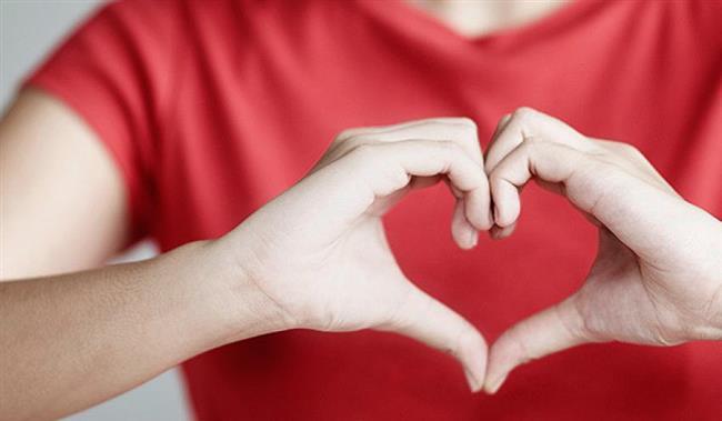 """Günlük hayatın koşuşturmacasında sağlıklı beslenmeye dikkat etmeyenlerin ya da buna zaman ayıramamaktan yakınanların sayısı hayli fazla. Oysa sağlıklı beslenme, vücudumuzun en önemli organı olan kalbimizin sağlığı için en önemli faktörlerden biri.   Acıbadem Bakırköy Hastanesi Beslenme ve Diyet, Fitoterapi Uzmanı Şeyda Sıla Bilgili, dünya bazı besinlerin kan basıncını düşürüp damarları temizleyerek kalp sağlığında öne çıktığını belirterek """"Kalp ve damar hastalıkları dünyada olduğu gibi ülkemizde de en fazla ölüme neden olan hastalıkları başında geliyor. Oysa kardiyovasküler hastalık oluşturma riskini bazı besinleri düzenli tüketerek azaltabilirsiniz. Kabak çekirdeğinden semizotuna bazı besinler kan basıncını düşürüyor ve damarları temizleyerek kalp sağlığına fayda sağlıyor"""" diyor. Uzman doktor , 10-16 Nisan Kalp Sağlığı Haftası kapsamında, kalp sağlığında öne çıkan 10 besini anlattı, önemli uyarılar ve önerilerde bulundu."""