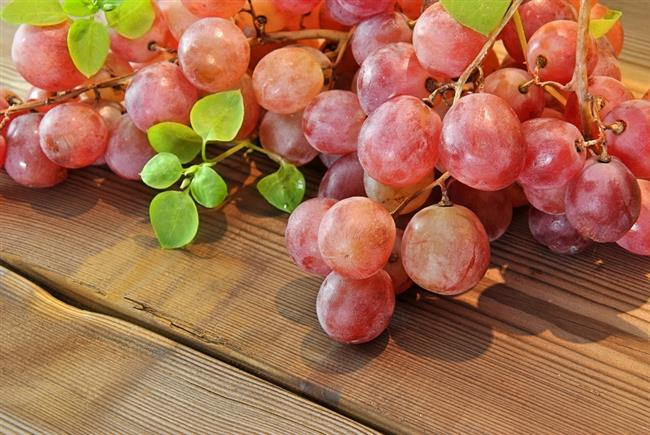 •Kırmızı üzüm  Mevsiminde tüketmek kaydıyla çekirdeğinden suyuna kadar tam anlamıyla bir sağlık deposu olan kırmızı üzüm, içerdiği resveratrol sayesinde iyi bir kalp dostu. Özellikle damar sağlığını desteklediği uzun süredir biliniyor. Resveratrol iyi kolesterol HDL'yi artırıyor, kötü kolesterol LDL'nin damar duvarındaki olumsuz etkilerini azaltıyor. Kanı da biraz inceltiyor.