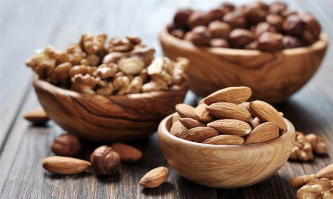 •Ceviz, badem, fındık   Omega-3 ve E vitaminin yanı sıra magnezyum ve posa içeriği sayesinde ceviz, badem ve fındık kandaki kötü kolesterolün düşmesine, iyi kolesterolün artmasına fayda sağlıyor. Kan yağı yüksekliği olan trigliserid seviyesinin düşmesinde etkili oluyor. Çoklu doymamış yağ asitleri bakımından zengin olan ceviz damar sağlığını korumaya yardımcı oluyor. Ama bütün kuruyemişler yüksek kalorili olduğundan aşırı tüketmekten kaçının. Günde 10 adet çiğ badem veya fındık, 2-3 tam ceviz tüketilmesi yeterli.