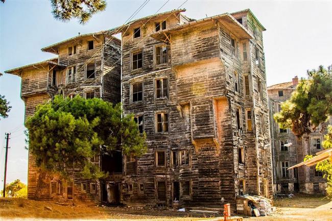 Büyükada Rum Yetimhanesi  1898'de mimar Alkeksandr Valluri'ye otel olarak yaptırılmış, bir rivayete göre dünyanın en büyük ahşap binasıdır. Prinkipo Palas olarak yapılan otel ikinci Abdulhamid izin vermeyince açılamaz. Binayı devrin meshur zenginlerinden banker Zarifi'nin eşi Eleni Zarifi alır ve patrikhaneye yetimhane olması için bağışlar. Bina 1960'a kadar yetimhane olarak kullanılır. 1960'da azalan cocuk sayısıyla birlikte cocuklar Heybeliada'ya gönderilir, bina da kışla haline getirilir.   Fakat bina 1963'te kapatılır ve bir daha kullanılmaz. Ancak daha sonra binayı ziyaret eden kişiler binadan çocuk sesinin geldiğini iddia ederler. Bu iddiayı destekleyen unsur ise bahçeden gelen çocuk sesinin bir zamanlar kuyuda ölen çocuk olmasıdır.