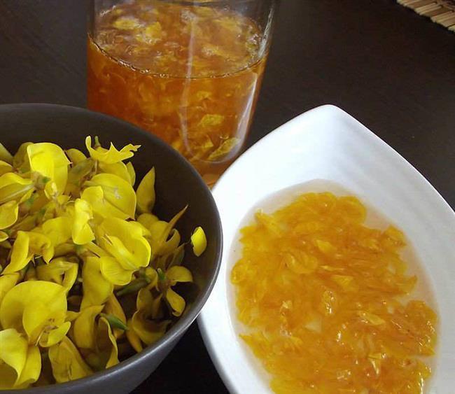 Katırtırnağı Reçeli  Malzemeler: 3 Su bardağı ayıklanmış katırtırnağı çiçeği 2 Su bardağı elma suyu 2,5 Su bardağı toz şeker 1 Adet limon   Yapılışı:  Önce, elma suyu için 3 elmayı soyup doğrayın çekirdekleriyle beraber 2 dolu bardak suyla pişirin. Piştikten sonra elmalarını ayırıp sadece suyunu alıp 2,5 su bardağı toz şekerle ateşe koyun.Şerbet haline gelince ayıkladığınız katırtırnağı yapraklarını da üzerine bıraktın. Şerbetin içinde şeffaflaşıncaya kadar pişirin. Yarım saat kadar ateşte kalsın fakat bu sürenin 15 dakikası kısık ateşte olmalı. Çiçek reçelleri bal gibi tatlı olur, o yakan tatlılığı hafifletmek için ekşilik katması açısından kestirme işini bir bütün limonun suyu ile yapabilirsiniz.