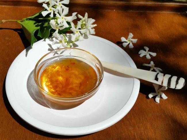 Nergis Çiçeği Reçeli  Malzemeler: 2 su bardağı toz şeker  1 su bardağı su  1 çay bardağı ayıklanmış nergis çiçeği  Yarım limonun suyu   Yapılışı:  Çiçekler yıkanıp, kağıt havlu ile zedelenmeden kurulanır.Tencereye su ve şeker konulup, şeker eriyene kadar orta ateşte kaynatılır.Kaynadıktan sonra  kısık ateşte kıvam alıncaya kadar kaynatılır.Reçel koyulaşmaya başlayınca çiçekler eklenir.Koyulaşınca limon suyu eklenir.Bir taşım daha kaynatılıp, ocaktan alınır.