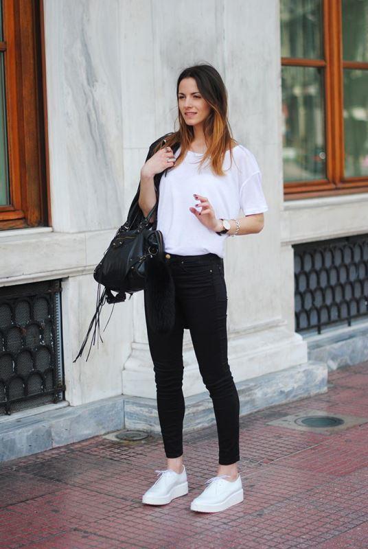 Günlük kullanımda en sade parçalar bile beyaz ayakkabılar ile daha şık hale gelebiliyor. Jean, basic bir t-shirt ya da bluz ile kombinlendiğinde beyaz  ayakkabılar size daha havalı ve şık bir görünüm sunar.