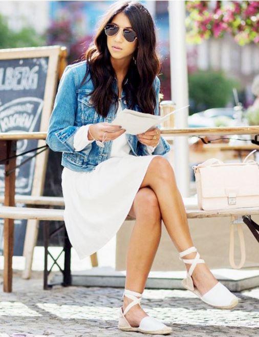 Beyaz espadriller, babetler, bez ayakkabılar ve sandaletler yazın uçuşan elbiselerin, etek ve pantolonların, mini şortların en şık tamamlayıcısıdır.