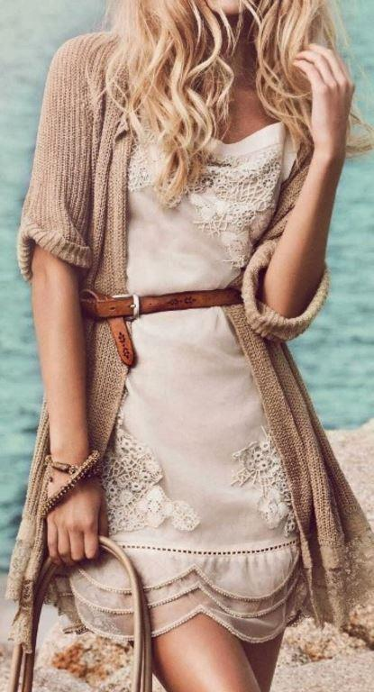 İnce Kemerler  Elbise giymek istiyorsanız ve göbeğinizi gizlemenin en iyi yollarından birisi ince bir kemer kullanarak elbiseyi hareketlendirmektir. Bel hizzasında kullanacağınız şık bir kemerle hem elbiseye kendi dokunuşunuzu eklersiniz hem de karın bölgesindeki fazlalıkları saklamış olursunuz.