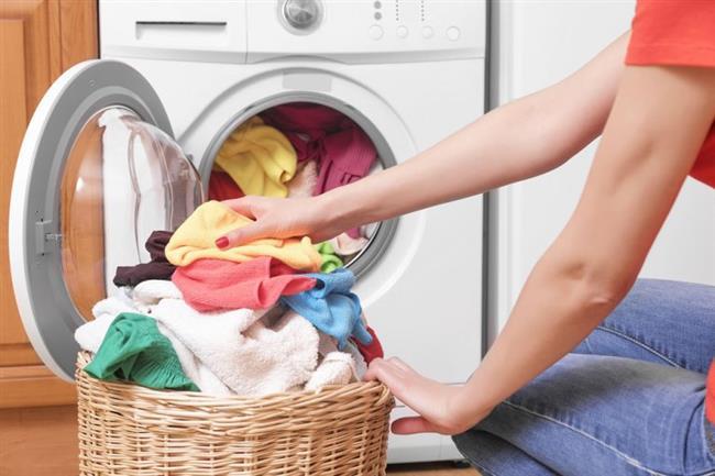 Makinaya Atarken  Saç kremi, sirke ve suyu bir şişede karıştırarak çamaşırlarınızın için kendiniz yumuşatıcı üretebilirsiniz.